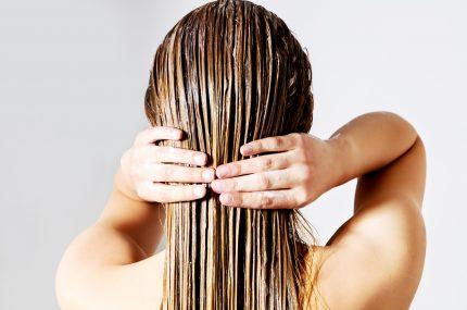 kobieta z długimi mokrymi włosami zdjęcie od tyłu