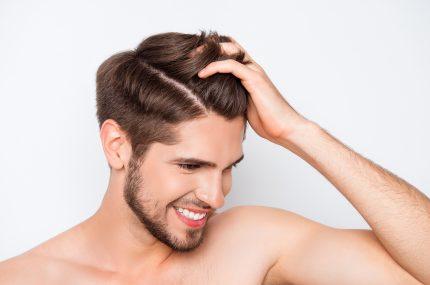 mężczyzna z perfekcyjnymi włosami
