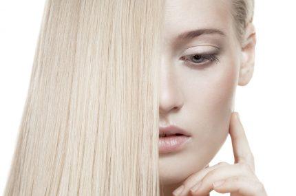 blondynka z blond włosami z zakrytą połową twarzy