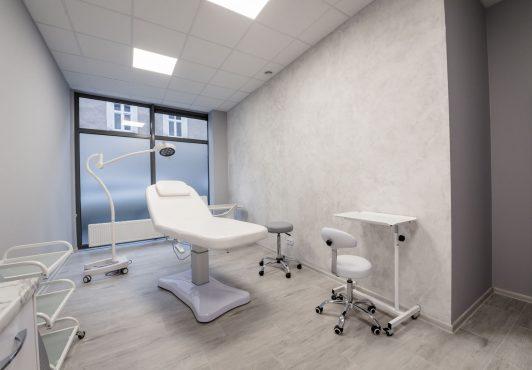 biurko i gabinet zabiegowy w centrum zdrowego włosa
