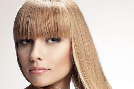 perfekcyjne włosy u kobiety koloru blond