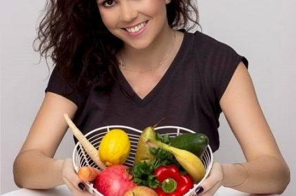 zdjęcie dietetyka z koszem owoców i warzyw